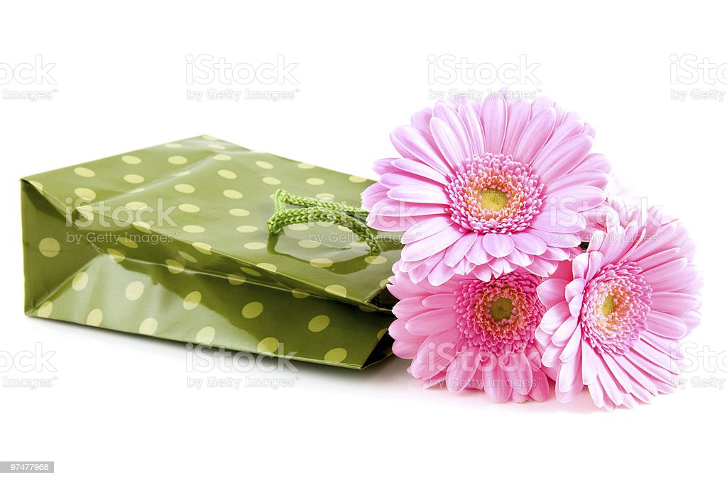 Vert panier avec gerber rose photo libre de droits