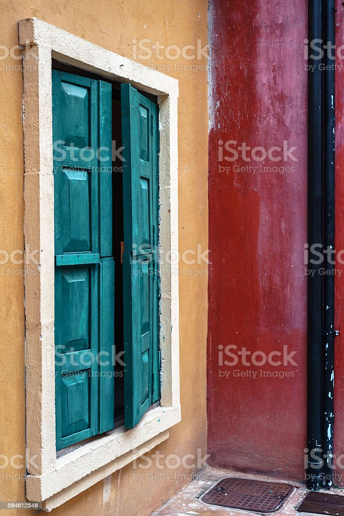 Green wooden window on yellow and red walls photo libre de droits