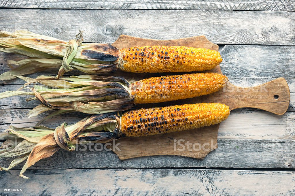 Grilled corn cobs. Top view foto de stock royalty-free