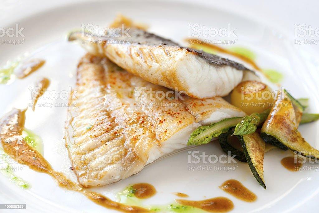 turbot grillé avec des légumes. photo libre de droits