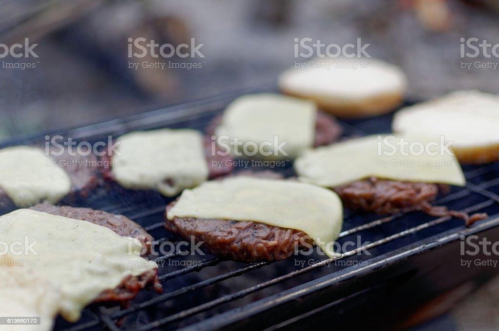 Grillowanie cheesburgerów stock photo