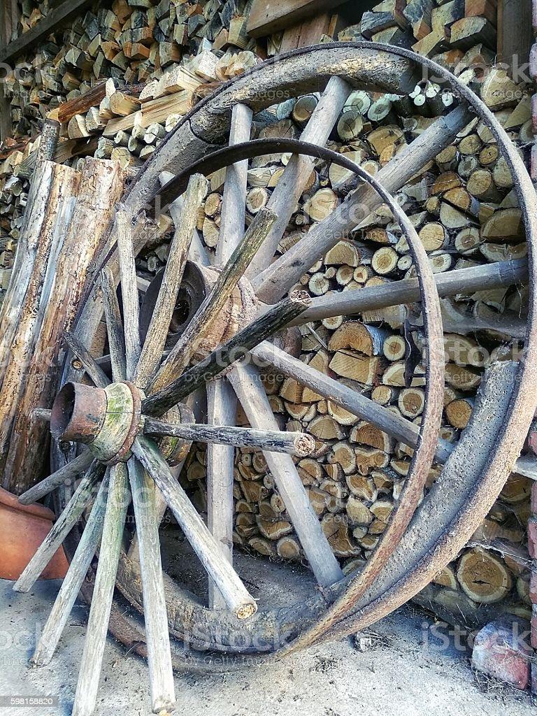 Große Räder aus Holz für Nutzwagen stock photo
