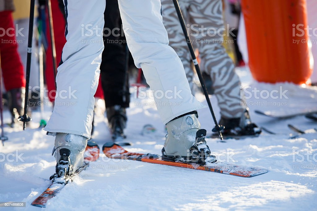 gros plan de chaussures de ski sur des skis stock photo