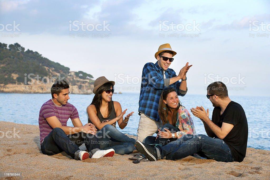 Groupe d'amis chanter sur la plage. photo libre de droits