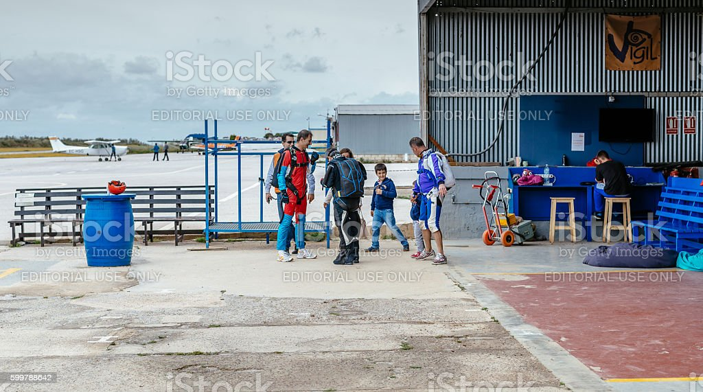 Group of skydivers preparing for jumping event foto royalty-free