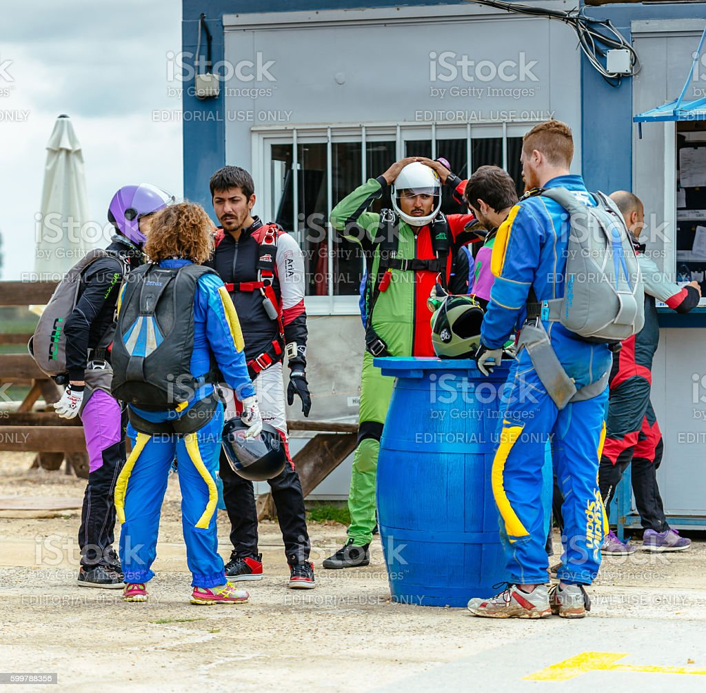 Group of skydivers preparing to fly foto royalty-free