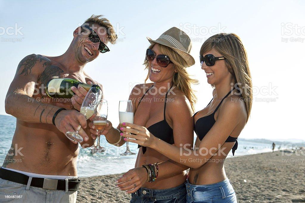 Groupe de jeunes amis fête sur la plage. photo libre de droits