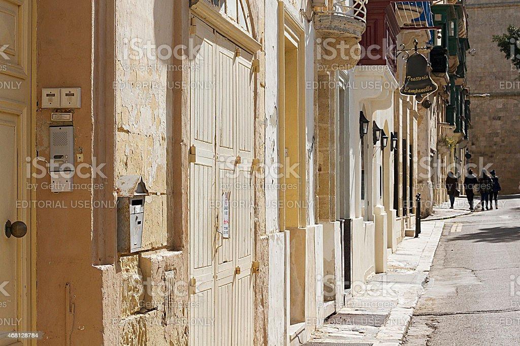 Gruppo di giovani donne camminare a La Valletta, Malta foto stock royalty-free