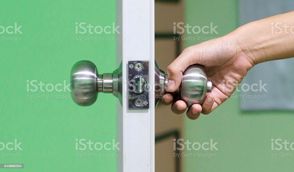 Retención de mano y mango de puerta de madera  foto de stock libre de derechos