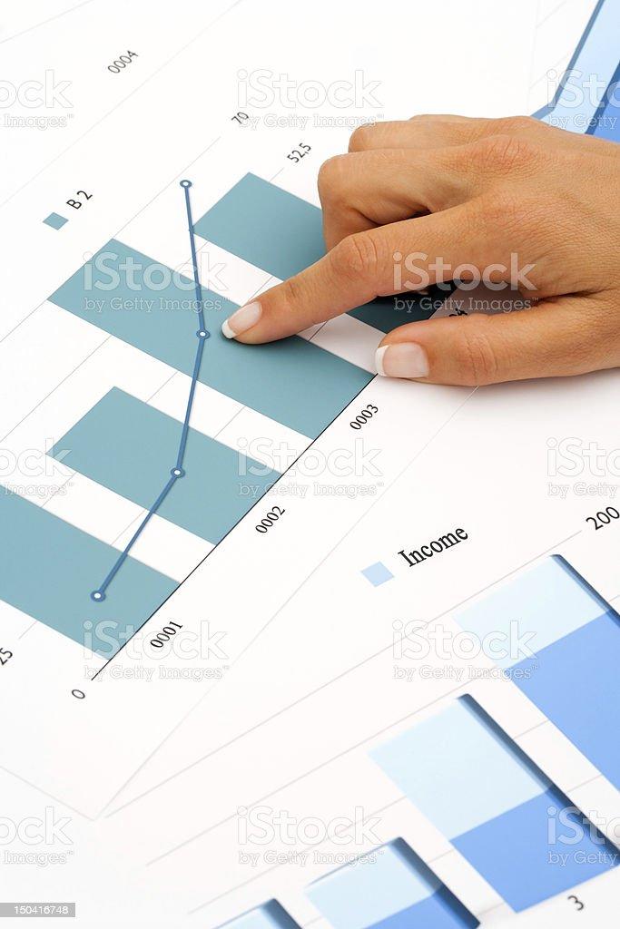 Main sur des graphiques financiers. photo libre de droits