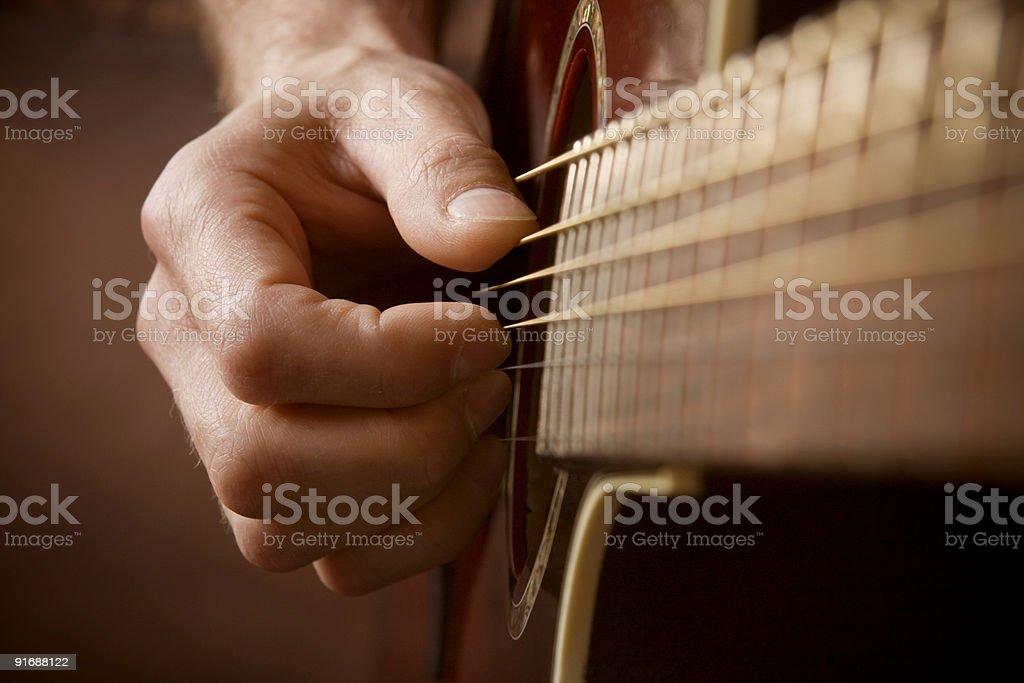 Рука играет Акустическая гитара Стоковые фото Стоковая фотография
