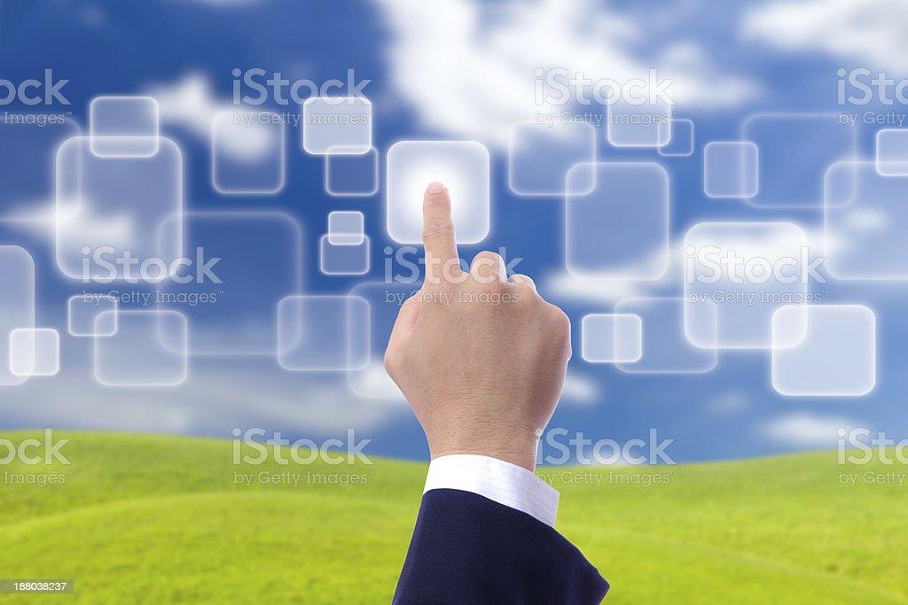 Mano spingendo il pulsante Blu sky foto stock royalty-free