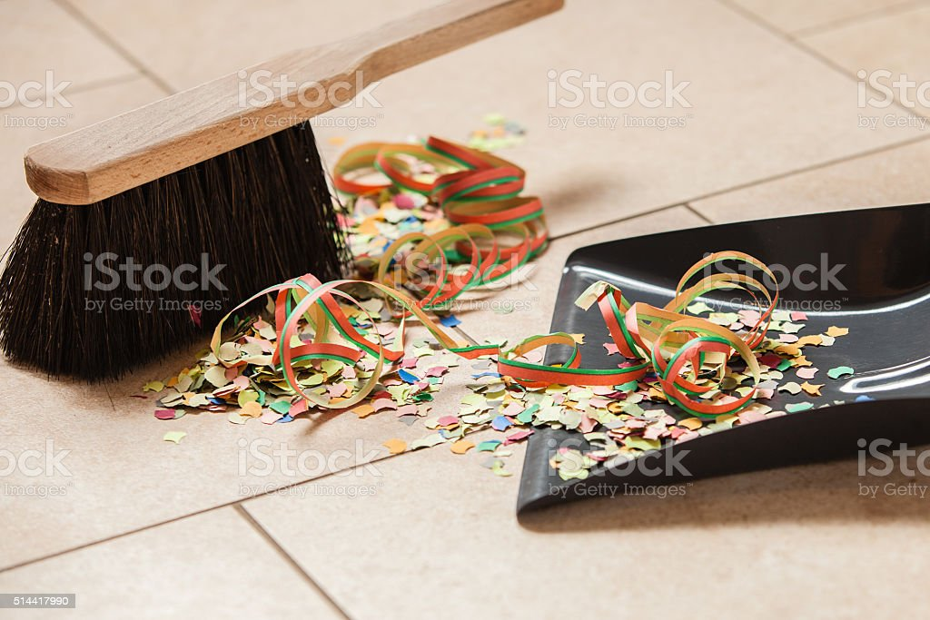 Handfeger und Kehrblech nach Party stock photo