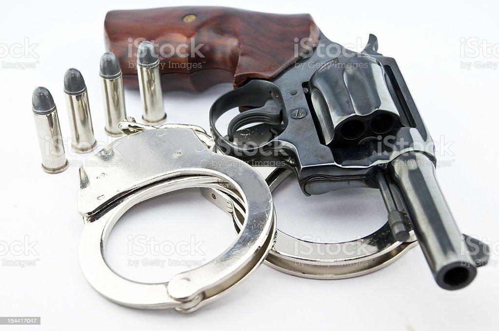 Ręczna broń palna kaliber 44 i policji handcuff z kule na biały backg zbiór zdjęć royalty-free