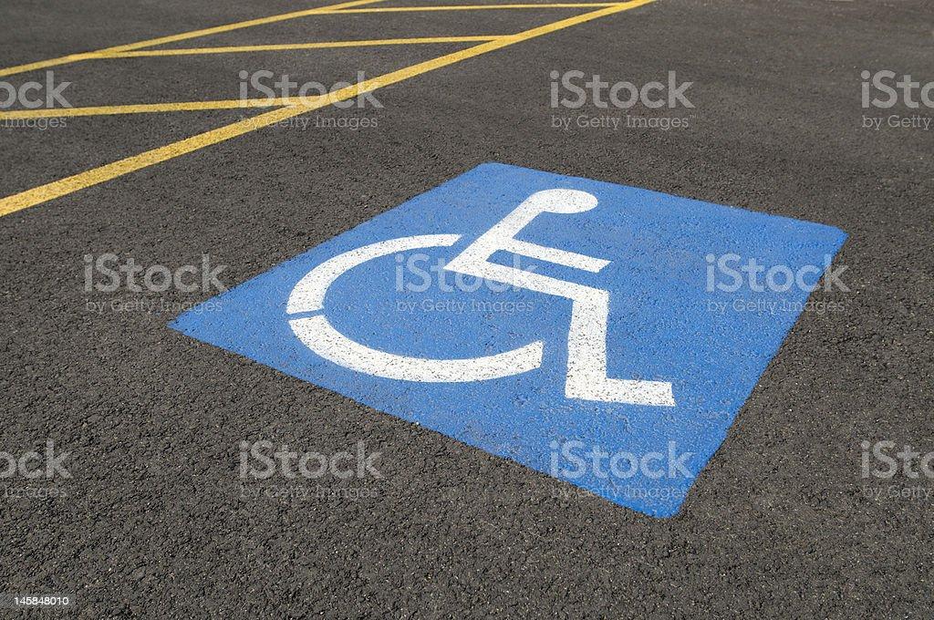 Place de stationnement pour les personnes à mobilité réduite photo libre de droits