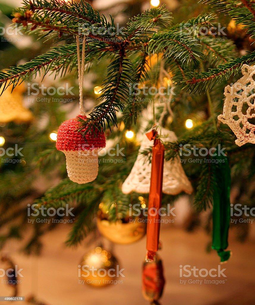 crochet artesanais cogumelo enfeites de árvore de Natal foto royalty-free