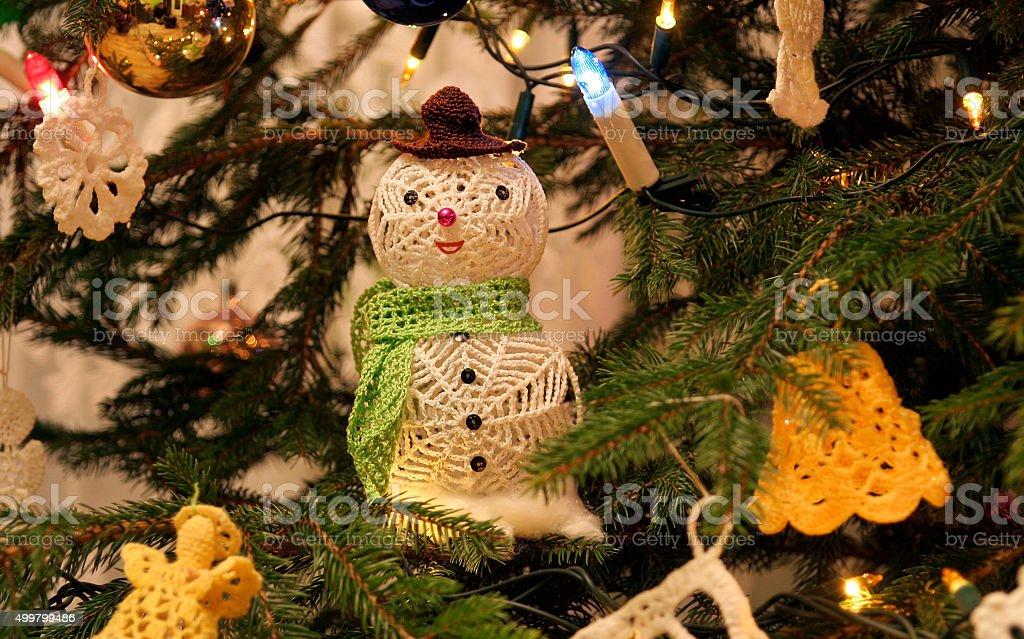 crochet feitos à mão sobre o boneco de neve enfeites de árvore de Natal foto royalty-free