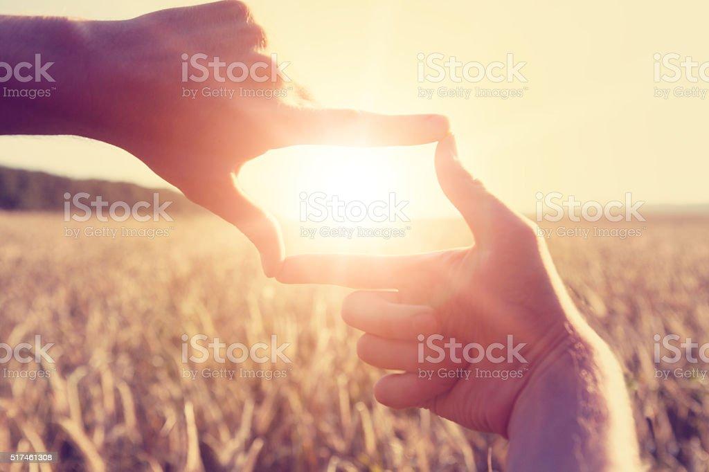Mãos enquadramento distante raios ultravioleta - fotografia de stock