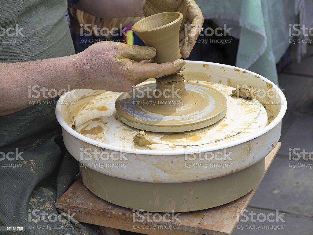 Mãos de potter, a ready earthen frasco foto de stock royalty-free