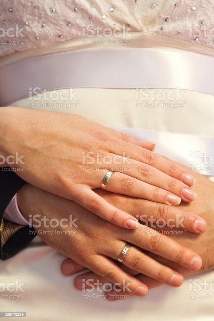 Mains de la mariée et le marié avec Anneaux de mariage photo libre de droits