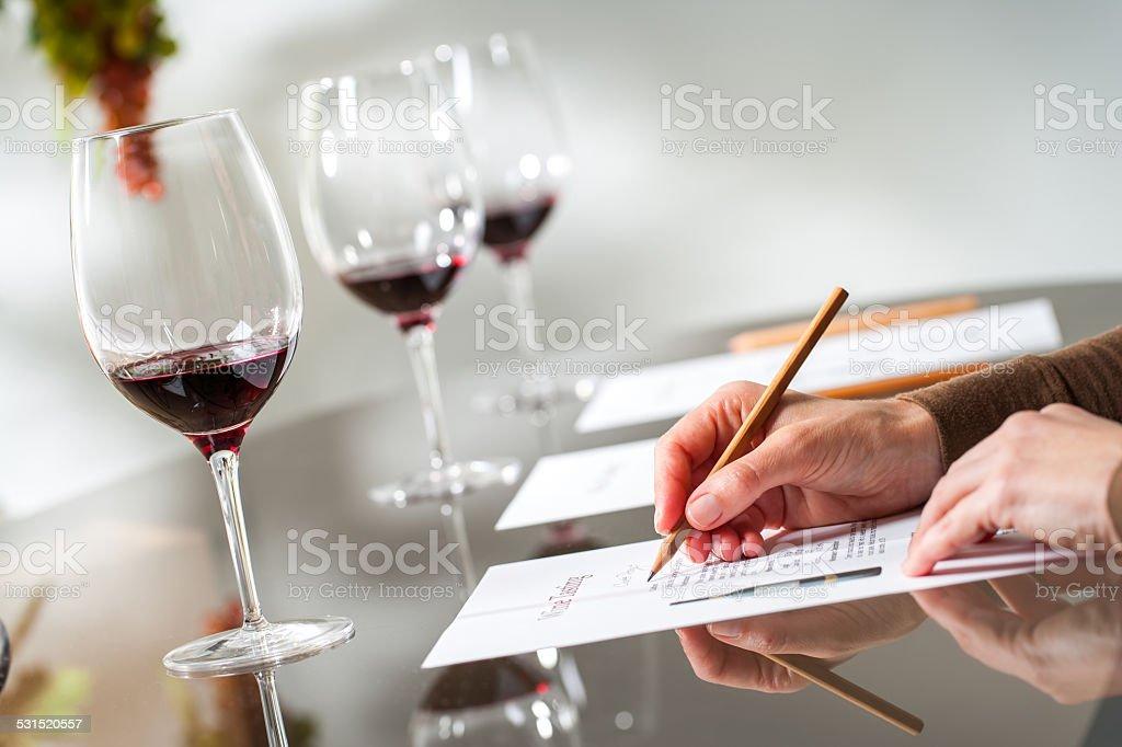 Mains prendre des notes à une dégustation de vins. photo libre de droits
