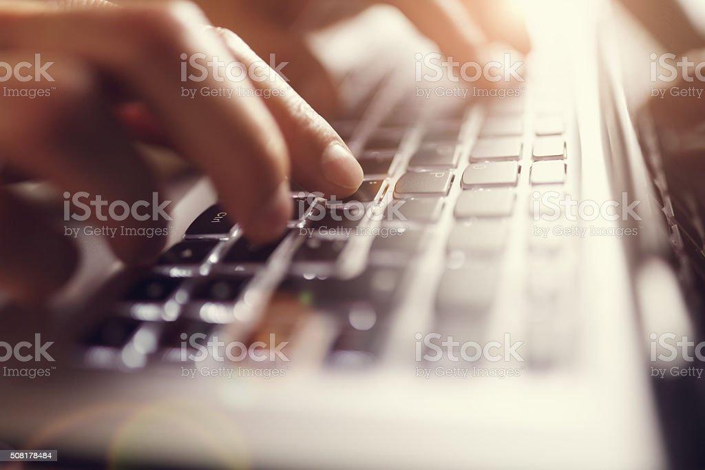 Hände Tippen auf laptop-computer – Foto