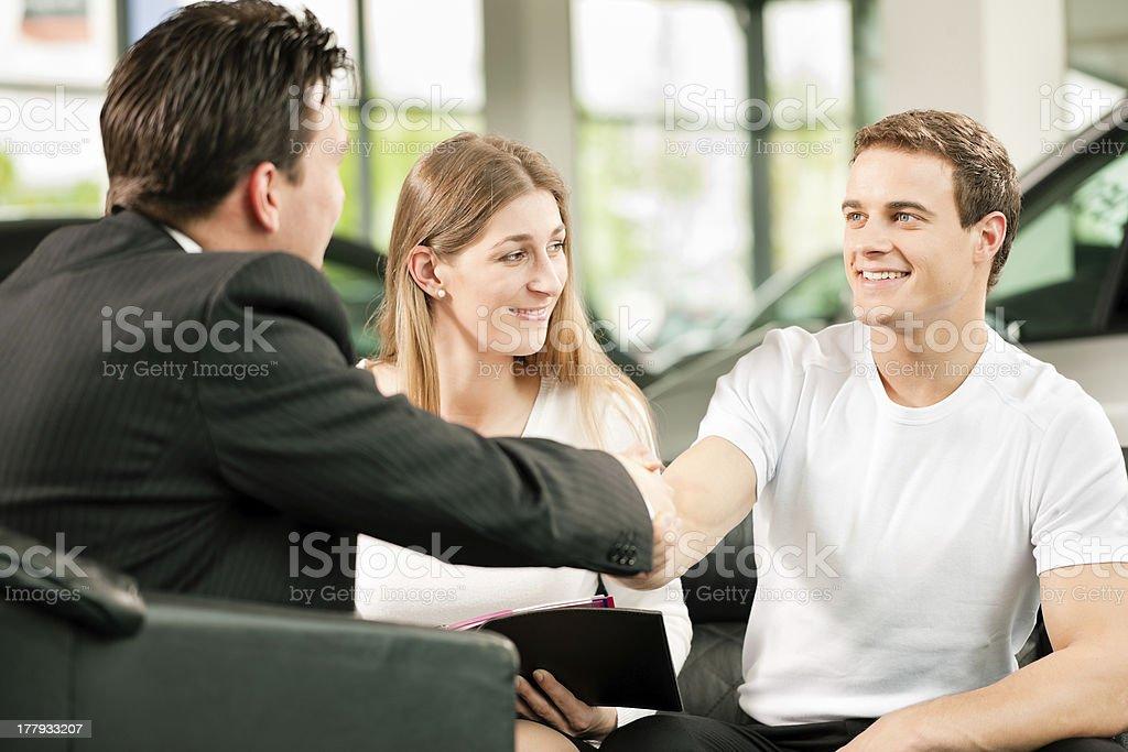 Handshake to buy that car royalty-free stock photo