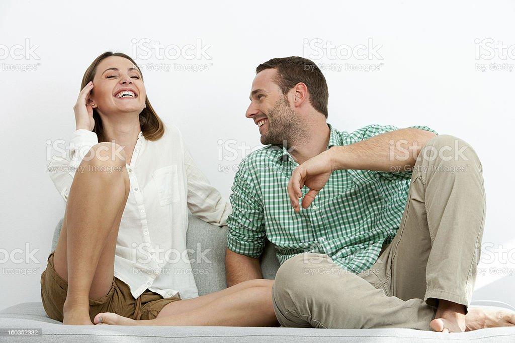 Beau couple de détente sur le canapé. photo libre de droits