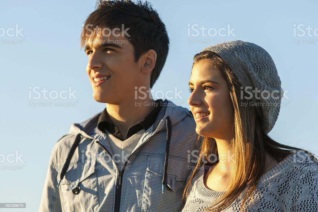 Belle teen couple à la recherche à la distance. photo libre de droits
