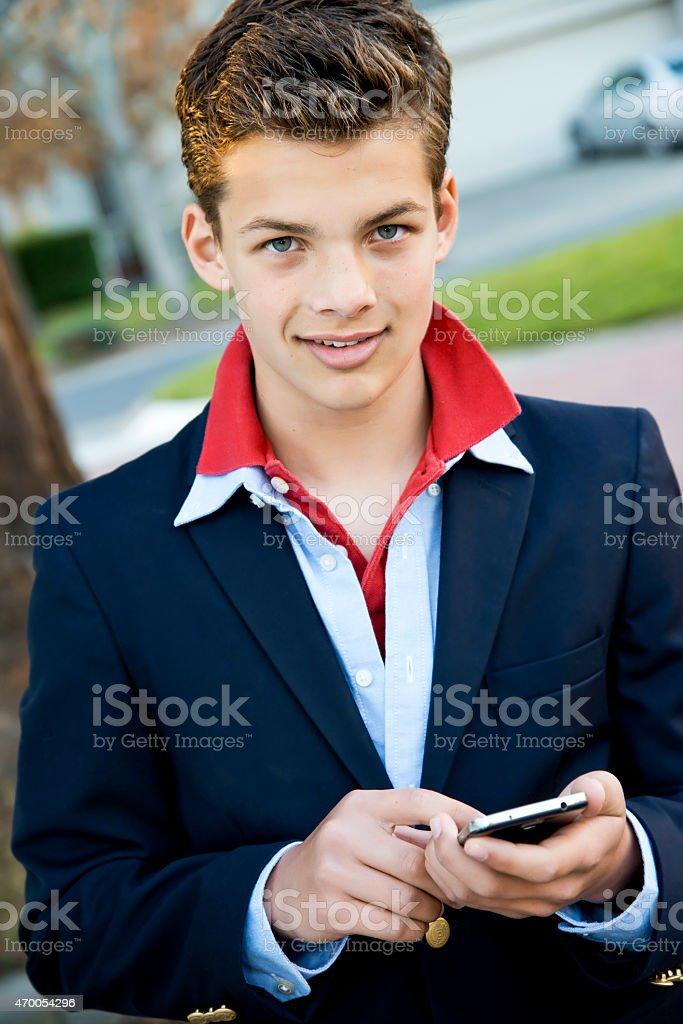 Hermosa adolescente con teléfono foto de stock libre de derechos