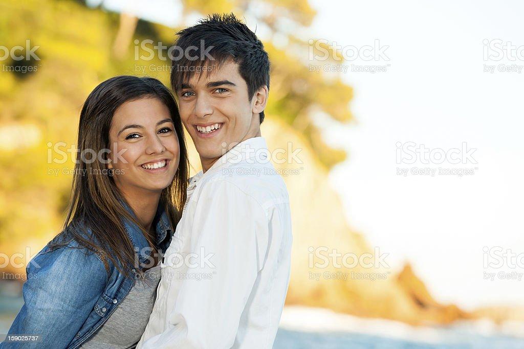 Beau jeune couple au bord de mer. photo libre de droits