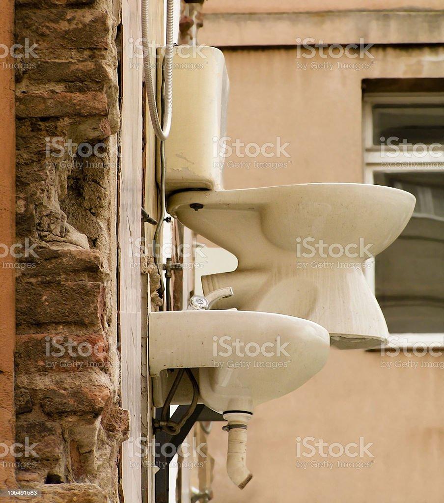 Hanging Toilette-art oder Unordnung nach Renovierung Lizenzfreies stock-foto