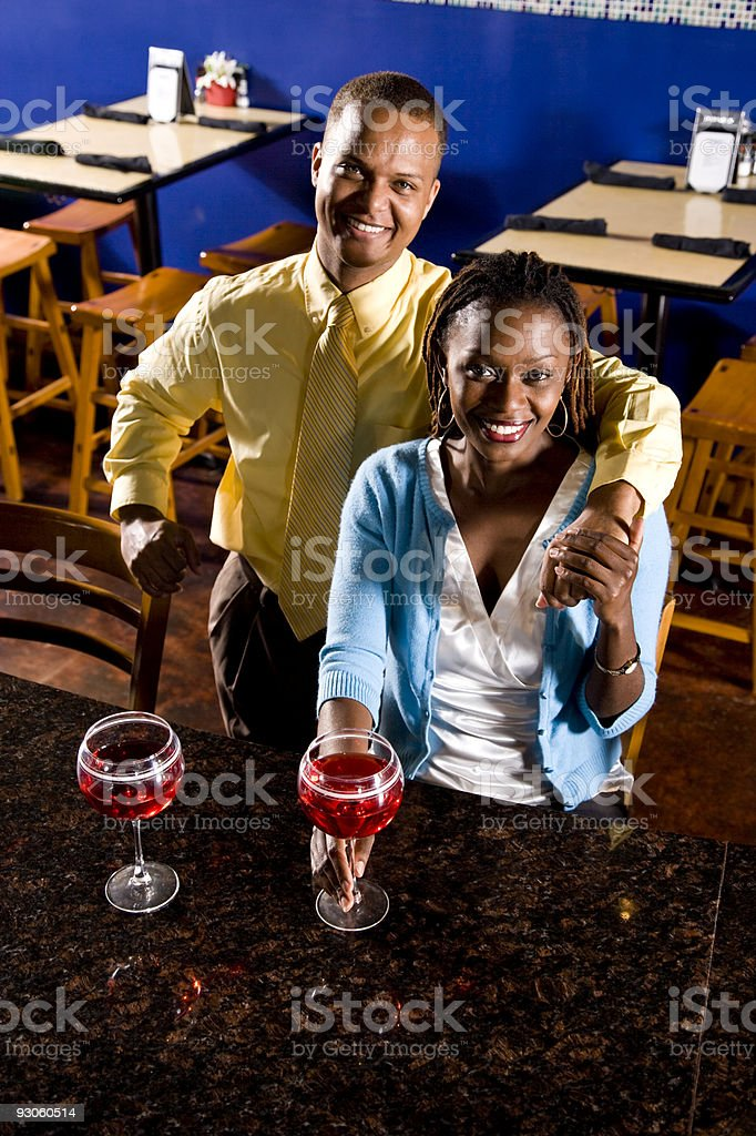 Afroamericana feliz pareja bebiendo en el restaurante foto de stock libre de derechos