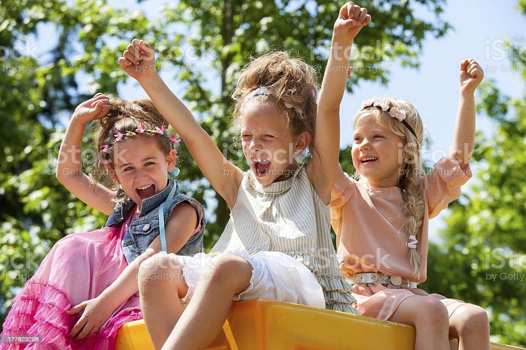 Heureux enfants placer les mains et crier. photo libre de droits