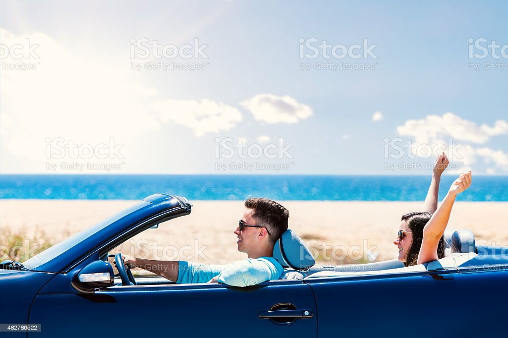 Heureux couple en voiture décapotable. photo libre de droits