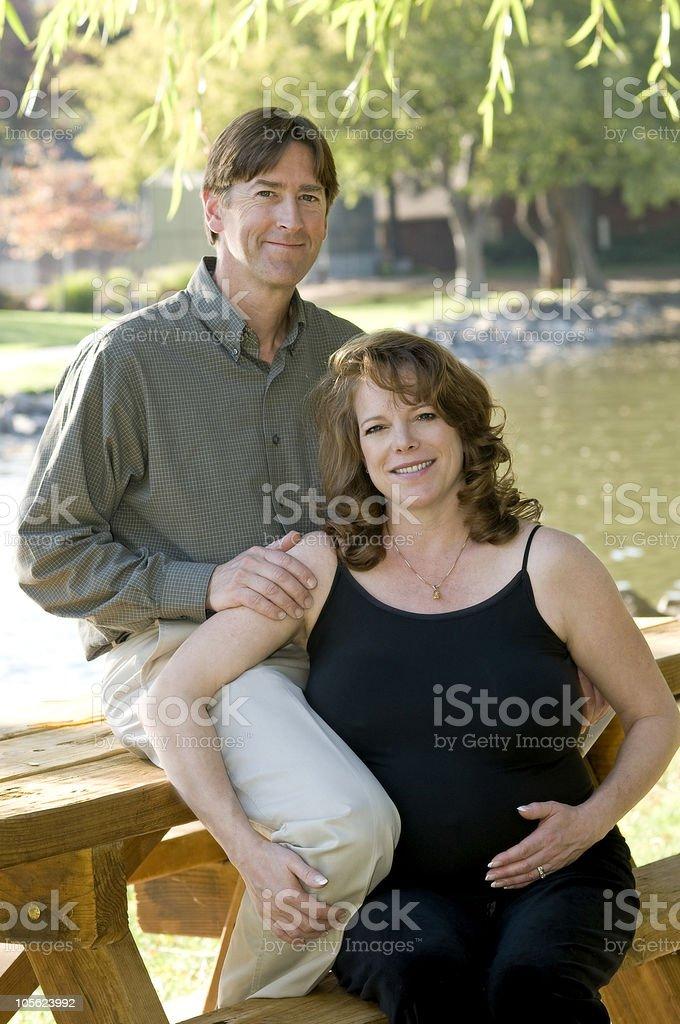 Feliz pareja, esperando foto de stock libre de derechos