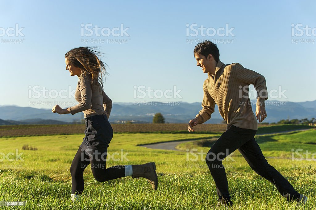 Heureux couple ayant une course en plein air. photo libre de droits