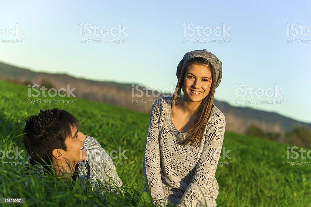 Heureux couple de détente dans le champ d'herbe. photo libre de droits
