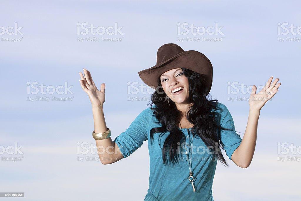 Happy Cowgirl mit Himmel Hintergrund – Foto