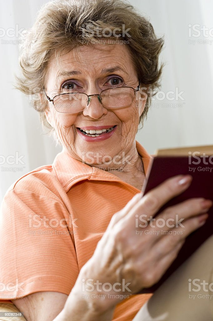Mujer feliz leyendo un libro de edad avanzada foto de stock libre de derechos