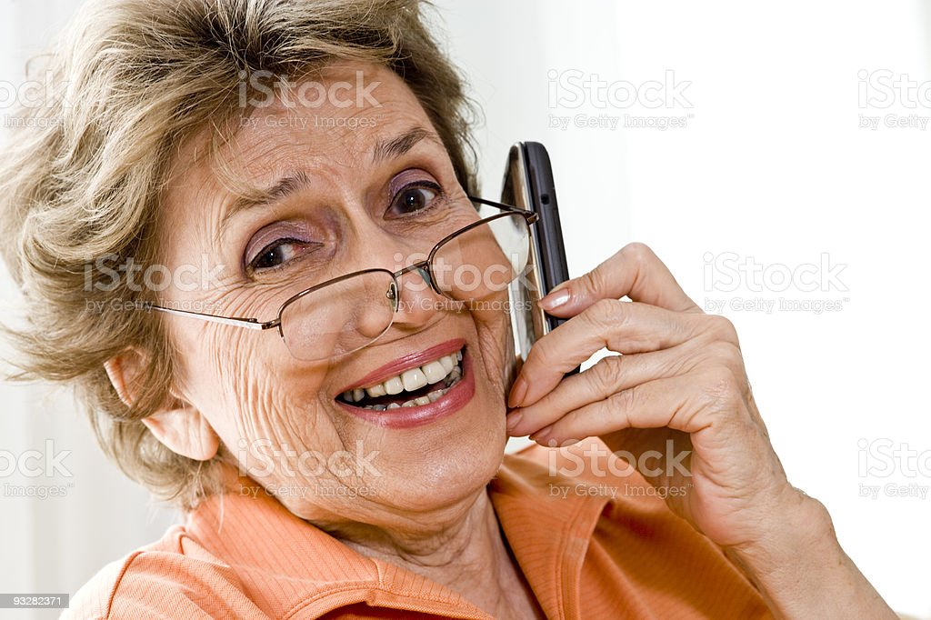 Feliz mujer mediante teléfono móvil de edad avanzada foto de stock libre de derechos
