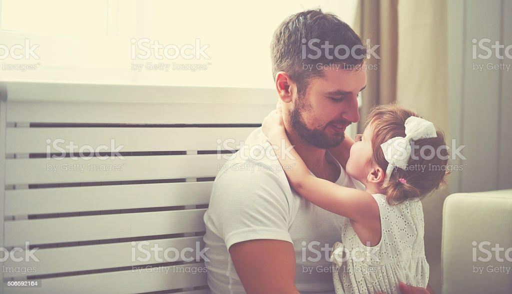 Feliz família filho bebé no braço do seu pai - fotografia de stock