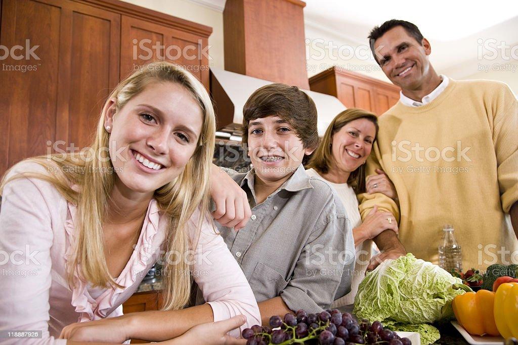 Adolescente feliz familia con los niños en la cocina foto de stock libre de derechos