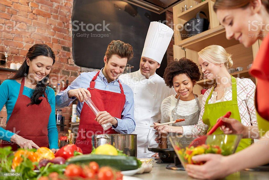 Glückliche Freunde Und Koch Kochen In Der Küche Kochen Stockfoto ... | {Koch beim kochen 50}
