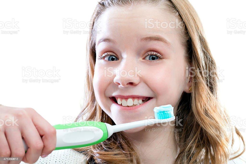 Heureuse fille sur Bross'à dents. photo libre de droits