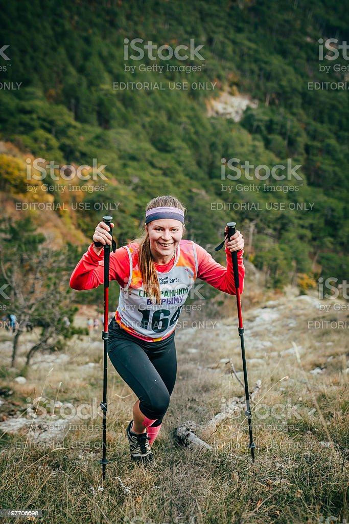 행복함 여자아이 선수 등반을 산, 노르딕 산책용 장대 royalty-free 스톡 사진