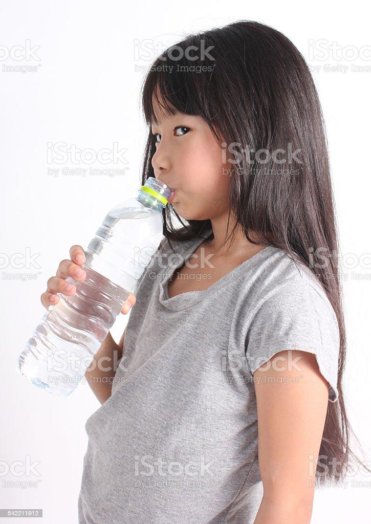 Happy girl holding a bottle of water Lizenzfreies stock-foto