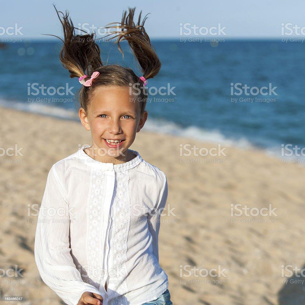 Fille heureuse avec ponytails. photo libre de droits