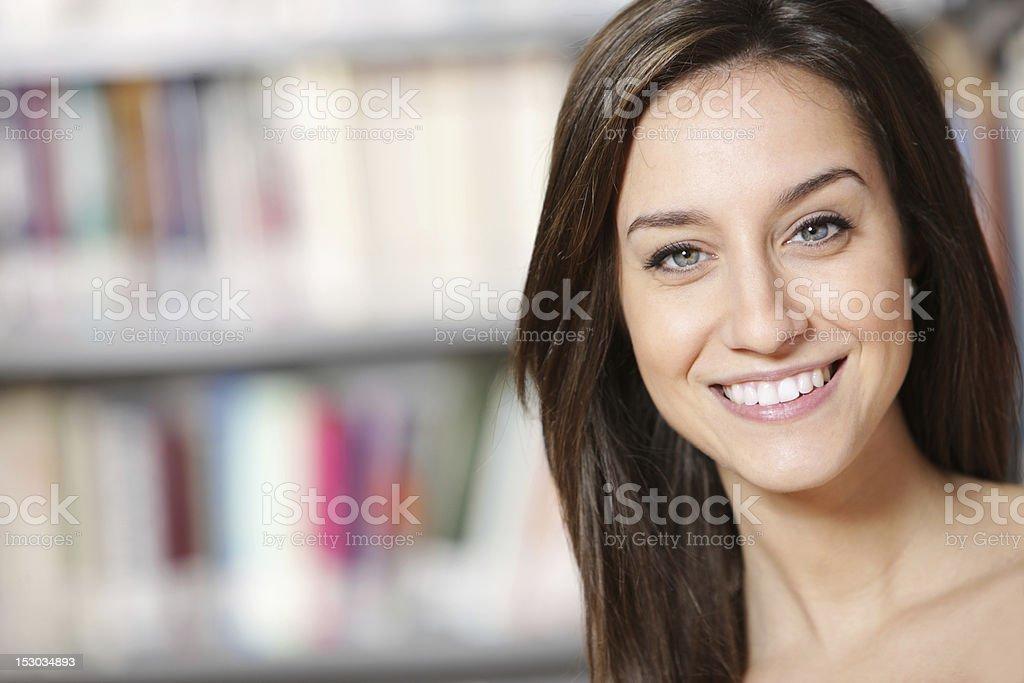 Heureux dans la bibliothèque photo libre de droits