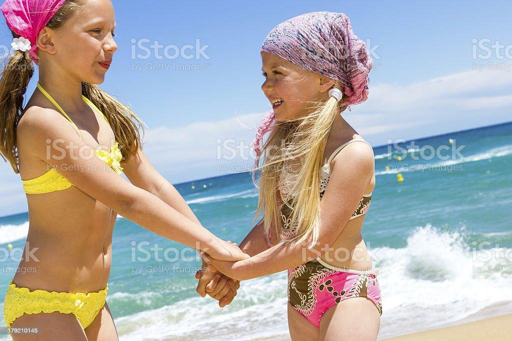 Heureux Enfants en tenue de bain à la plage. photo libre de droits